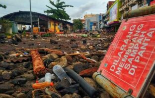 Muntahan sampah dari ombak pantai berserakan di jalan-jalan dan pertokoan pusat perbelanjaan mewah di Kota Manado. Lokasi ini dahulunya adalah pantai yang ditimbun.