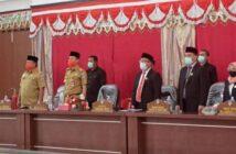 Bupati dan Wabup Bolsel Hi Iskandar Kamaru - Deddy Abdul Hamid foto bersama pimpinan dan anggota DPRD Bolsel usai rapat paripurna penetapan Paslon Kada Bolsel periode 2020-2021. (Foto: Diskominfo Bolsel)