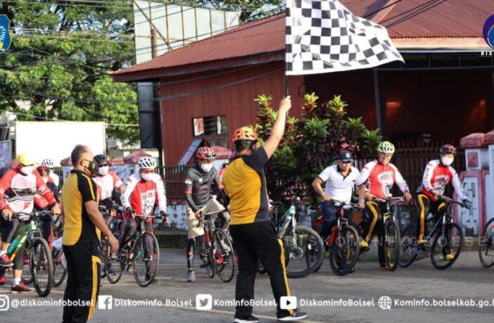 Perayaan HUT lke-75 Bhayangkara dimeriahkan dengan gowes atau bersepeda sehat bersama DPRD dan Pemerintah Bolsel.