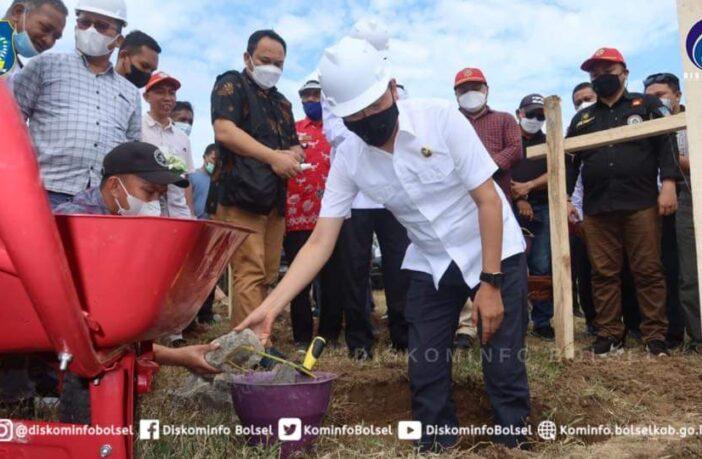 Bupati Bolsel Hi Iskandar Kamaru SPt melakukan peletakan batu pertama pembangunan objek wisata Pantai Tersakiti di Desa Pinolantungan, Bolsel.